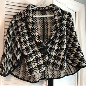 Beautiful houndstooth capelet
